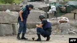 Ուկրաինա - Ուկրաինացի սակրավորները ականազերծում են Սլավյանսկին մերձակա գյուղերից մեկի տարածքը, 9-ը հուլիսի, 2014թ․