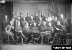 ОГПУ Горьковского края. В центре Матвей Погребинский, покончивший с собой в 1937 году. Карачаров – третий слева во втором ряду