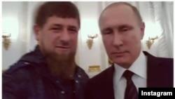 Лідер Чечні Рамзан Кадиров (л) і президент Росії Володимир Путін роблять селфі