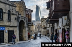 """Orașul vechi și """"turnurile-flacără"""" de la Baku"""