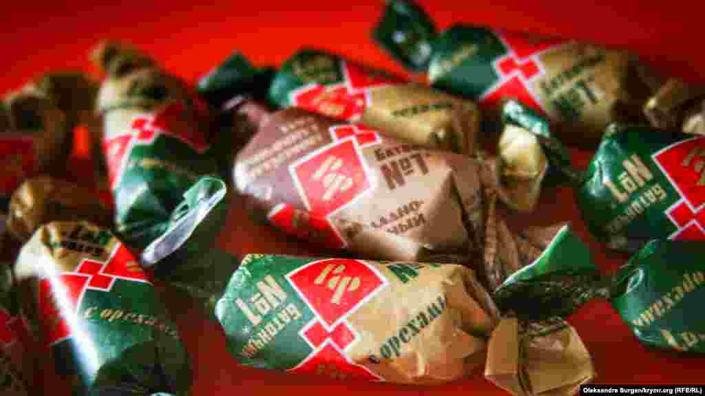 Шоколадні і вершкові батончики «РФ». Назва торгової марки розшифровується як «Рот Фронт» – це одна з найстаріших кондитерських фабрик сусідньої Росії