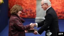Король Швеции Карл XVI Густав вручает Нобелевскую премию Светлане Алексиевич