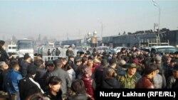 Торговцы сгоревших на барахолке рынков вышли на акцию протеста. Алматы, 19 ноября 2013 года.