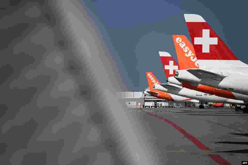 """Самолеты лоукостера EasyJet и """"Швейцарских авиалиний"""" в аэропорту Женевы, Швейцария. 3 апреля 2020 года"""