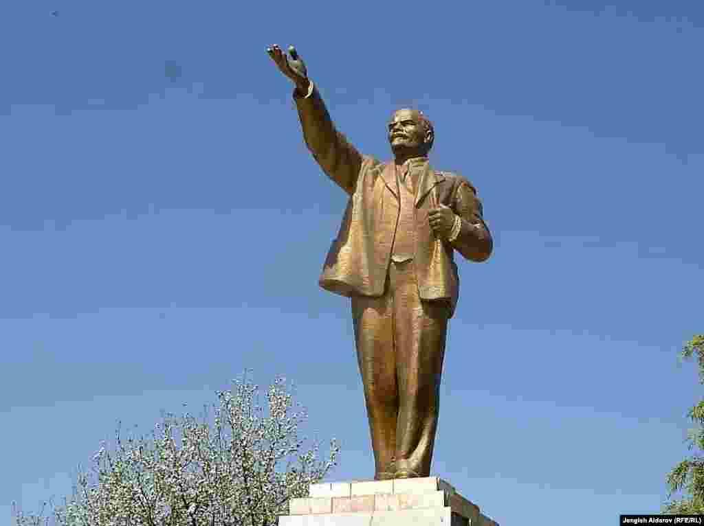 Баткен. Памятник Ленину был установлен в 1980-ые годы напротив здания областной администрации