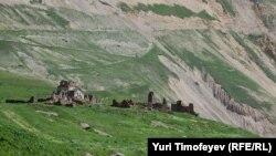 Панорама в районе Мамисонского ущелья в Северной Осетии