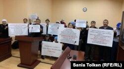 Сторонники Серикжана Билаша развернули плакаты с призывом освободить его. Один из плакатов содержит китайские иероглифы и надпись на английском: «China, Stop!»
