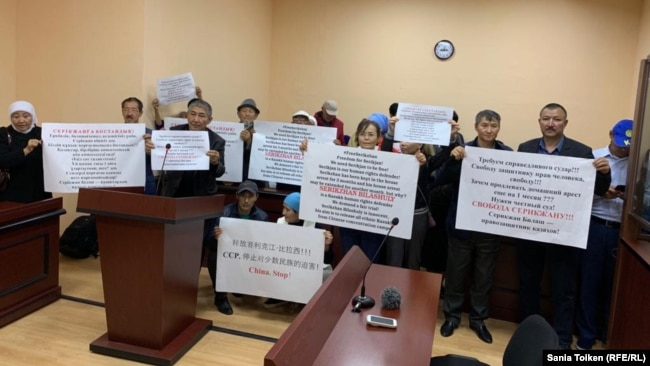 Сторонники Серикжана Билаша развернули плакаты с призывом освободить его. Один из плакатов содержит китайские иероглифы и надпись на английском 'China, Stop!'
