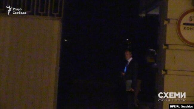«Схеми» зафіксували на режимній території невідомого чоловіка в костюмі