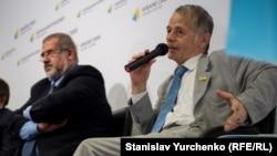 Рефат Чубаров (ліворуч) та Мустафа Джемілєв під час прес-конференції у Києві