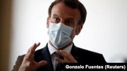امانوئل مکرون، در این تصویر از هفتم آوریل در حال گفتوگو با پرسنل درمانی در نزدیکی پاریس