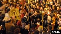 Грузиянын ортодокс христиандары Пасханы майрамдашууда. Тбилиси. Сиони чиркөөсү. 2010-жылдын 4-апрели.