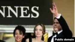 آنجلينا جولی و برد پيت اکنون از پيشگامان اقدامات نيکوکارانه در هاليوود محسوب می شوند.