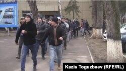 Призывников в Национальную гвардию выводят на плац, чтобы они попрощались с родственниками. Алматы, 9 декабря 2015 года.