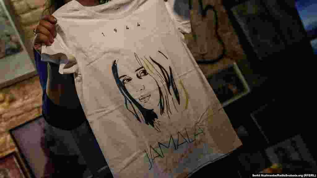 Один з лотів ‒ футболка співачки Джамали, в якій вона виступала на «Євробаченні», з автографом