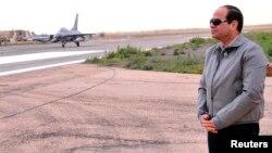 الرئيس المصري عبد الفتاح السيسي في زيارة لمنطقة حدودية مع ليبيا