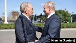 Бывший президент Казахстана Нурсултан Назарбаев (слева) и президент России Владимир Путин на встрече на ВДНХ в Москве, во время которой российский лидер предложил назвать строящийся совместный ракетный комплекс «Байтерек» в честь своего гостя. Москва, 7 сентября 2019 года.