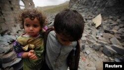 Йемен астанасы Сана қаласында әуе шабуылынан қираған үйдің орнында жүрген балалар. 11 тамыз 2016 жыл.