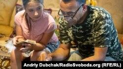 Настя та Тоні розбираються, як користуватися новим смартфоном, та додають один одного у друзі на фейсбуці