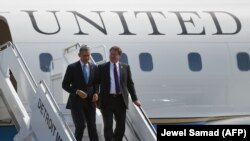 گری پترز (طراح نامه سناتورهای دموکرات) در حال استقبال از اوباما در سفر سال ۲۰۱۴ او به میشیگان