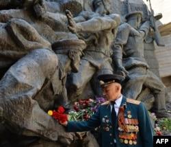 Монумент героям Другої світової війни у Києві