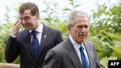 Одни эксперты считают, что Джордж Буш был слишком мягок в отношениях с «автократичной Россией», другие убеждены, что отдалятся от Москвы Вашингону никак нельзя