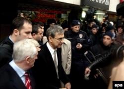 Orxan Pamuk məhkəmə iclasından çıxır. 16 dekabr 2005, İstanbul