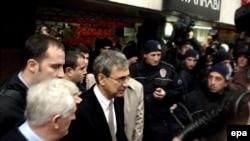 پاموک در حال ترک دادگاه در ترکیه در سال ۲۰۰۵. (عکس: epa)