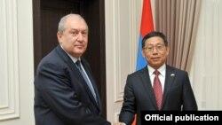 Президент Армении Армен Саркисян (слева) и посол Китая Тьян Эрлуни, Ереван,19 апреля 2018 г.