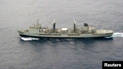 Австралиски брод во потрага по исчезнатиот авион.