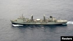 Një anije e Marinës së Australisë në kërkim për aeroplanin e zhdukur