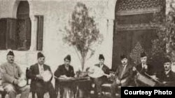 فرقة الجالغي بقيادة عازف القانون يوسف زعرور (الصغير)، تصاحب قارئ المقام (في الوسط) محمد القبانجي.
