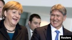Германия -- Канцлер Ангела Меркел менен Кыргызстандын президенти Алмазбек Атамбаев эки тараптуу сүйлөшүүлөрдөн кийинки маалымат жыйынында. Берлин, 11-декабрь, 2012.