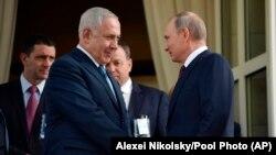 گفتوگوی تلفنی بنیامین نتانیاهو و ولادیمیر پوتین، شامگاه پنجشنبه صورت گرفته است. عکس مربوط به دیدار آنها در شهریورماه سال گذشته در بندر سوچی روسیه است.