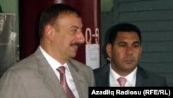 Президент Ильхам Алиев и министр экономразвития Фархад Алиев, 2005 год