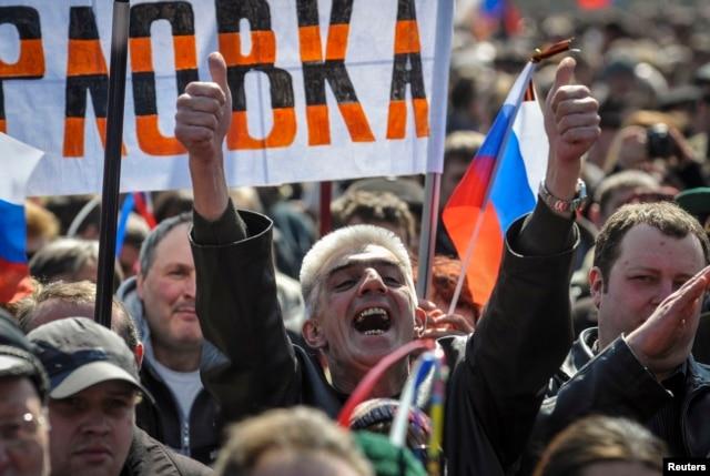 Пророссийский митинг возле захваченной ОГА. Донецк, 6 апреля 2014 года