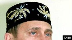 Ілюстраційне фото: традиційна татарська тюбетейка на президенті Росії Володимирові Путіні, фото 2000 року