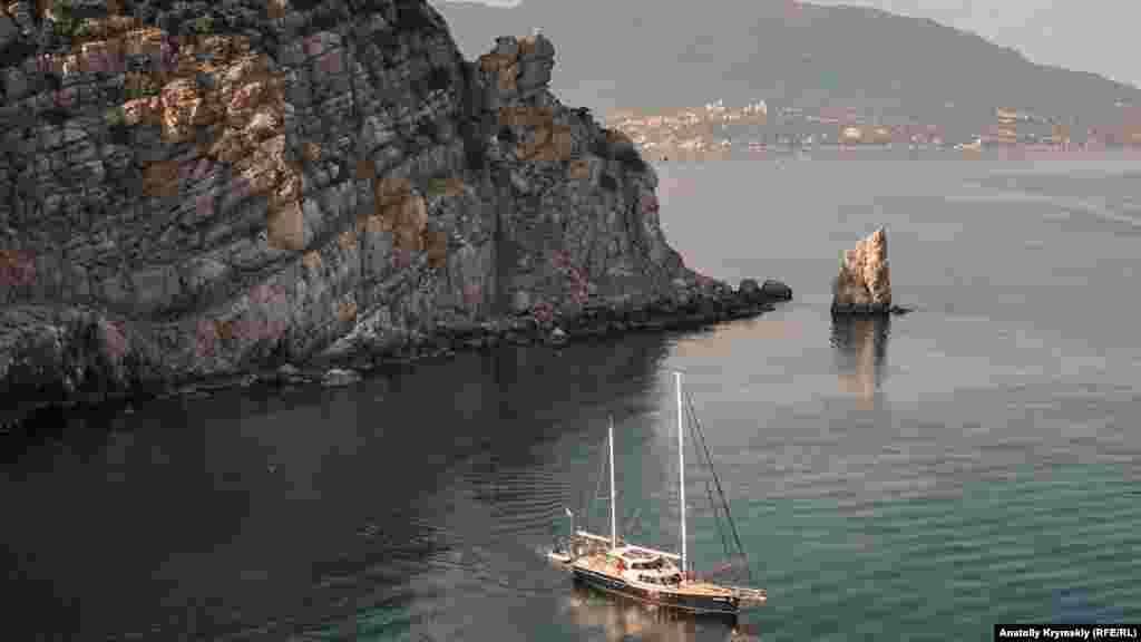 Обігнувши в морі скелю Парус, яхта розвернеться саме під «Ластівчиним гніздом» і візьме курс назад на Ялту