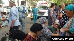 Люди, ожидающие своей очереди на прием у здания Верховного суда Узбекистана.