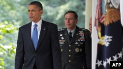 U.S. President Barack Obama (left) and General David Petraeus at the White House (file photo)