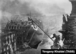 Евгений Халдей. Водружение флага над Рейхстагом
