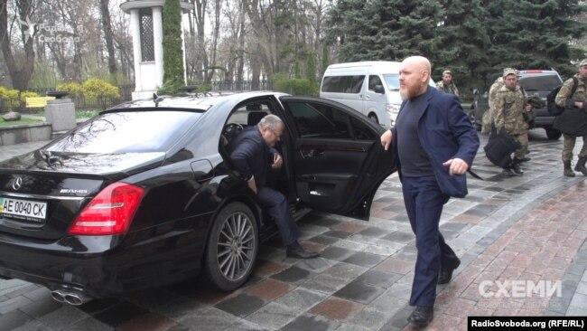«Приватний помічник» відкриває двері автівки депутату Олександру Вілкулу («Опозиційний блок»)