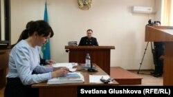 Судья Сарыаркинского районного суда № 2 Астаны Талгат Сырлыбаев (в центре) ведет судебный процесс по делу Теймура Ахмедова. Астана, 27 марта 2017 года.
