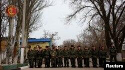 Українські військові на території військової частини у Керчі, 4 березня 2014 року