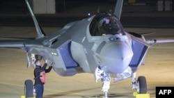 Истребитель F-35 ВВС Израиля после посадки на израильской базе Неватим в пустыне Негев.