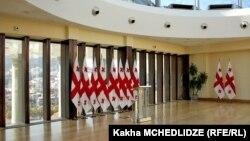 Сегодня в аппарате Народного защитника Грузии заявили, что изучают вопрос, насколько соответствует главному закону страны чрезмерное право президента на помилование