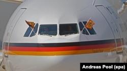 Airbus, известный как Теодор Геус при перевозке британской королевы и президента Германии во Франкфурте в 2015 году