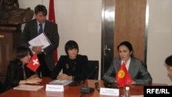 Швейцариянын Тышкы иштер министри Мишлин Кальми-Рей Кыргызстандын Тышкы иштер министрлигинде басма сөз жыйынын өткөрдү