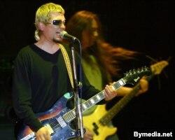Лявон Вольскі і бас-гітарыст Юрась Ляўкоў на канцэрце N.R.M., 2003 год