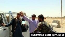 Pjesëtarë të ushtrisë afgane duke i kontrolluar kalimtarët në rajonin Maivand në Kandahar